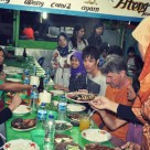 Butet Manurung dan para relawan dalam salah satu makan malam bersama