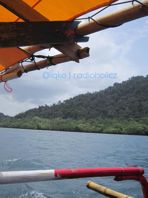 Pemandangan dari atas kapal yang mengantar kami snorkling