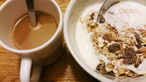 Makan malam standar, Muesli, yoghurt dan cappucino :/