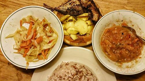 Nasi, tumis wortel dan kol, ikan goreng, irisan mangga dan sambal mentah
