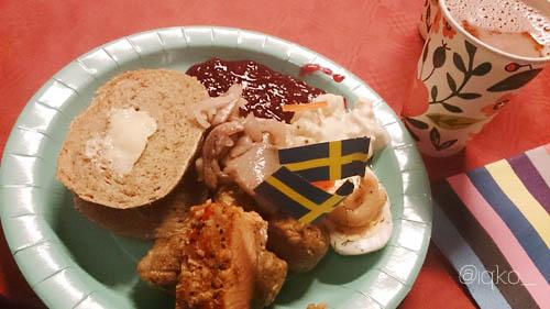 Roti, selai lingonberry, sill, lax dan telur rebus