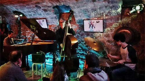 Menghabiskan malam di salah satu klub jazz