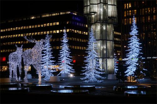 Rusa dan pohon natal di Sergels Torg